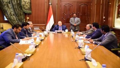 الرئيس اليمني يطلب من وزير المالية ومحافظ البنك اتخاذ خطوات لوقف تدهور الريال
