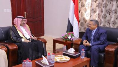بن دغر يلتقي السفير السعودي بعدن ويدعو إلى إرسال خبراء ماليين للبنك المركزي