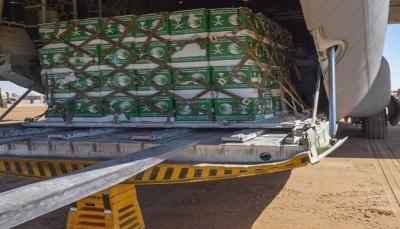 وصول طائرة شحن سعودية إلى مأرب تحمل 44.470 سلة غذائية