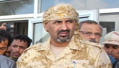 """صحفي جنوبي: """" المجلس الانتقالي"""" يدخل ضباط صالح إلى عدن ويبيع الشعارات للجنوبيين"""