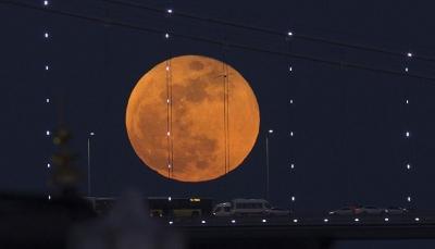 """وكالة ترصد بالصور ظاهرة """"القمر الأزرق الدموي العملاق"""""""