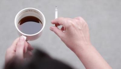 """دراسة تحذر المدخنين من أن """"الشاي الساخن"""" قد يتسبب بسرطان المريء"""