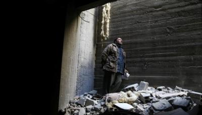 بين أنقاض الغوطة الشرقية.. أب يبحث عن جثة ابنه
