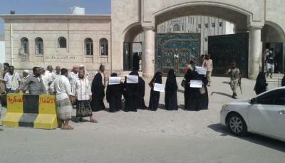 أهالي المعتقلين بالمكلا يطالبون الرئيس إيقاف معرقلي قرار النيابة في الإفراج عن 25  من أبنائهم