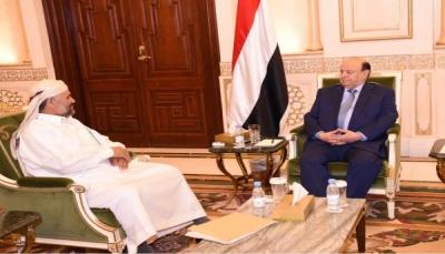 """الرئيس هادي يستقبل """"منصور الحنق"""" ويشيد ببطولات الجيش والمقاومة بـ""""صنعاء"""""""