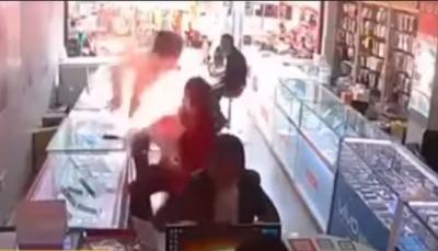 لقطات مرعبة لانفجار هاتف محمول بوجه صاحبه (فيديو)
