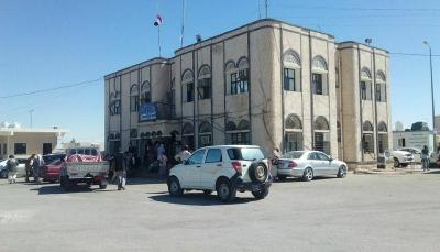 محافظ المهرة يوجه بتوقيف خمسة موظفين بمنفذ شحن وإحالتهم للتحقيق