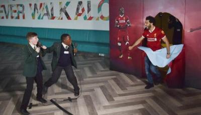 """مقلب كوميدي للنجم المصري """"محمد صلاح"""" مع أطفال ليفربول (فيديو)"""