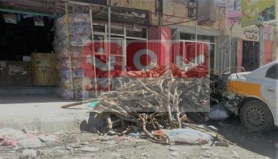 """سكان صنعاء يعودون للحطب و""""الغاز المنزلي"""" لمن استطاع إليه سبيلاً (تقرير خاص)"""