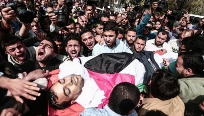 فلسطينيون يشيعون جثمان صحفي فلسطيني استشهد برصاص قوات الإحتلال قرب غزة
