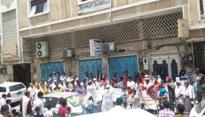 """محتجون بعدن يطالون بالإفراج عن إمام مسجد الذهيبي """"باحويرث"""" والسماح لأسرته بزيارته"""