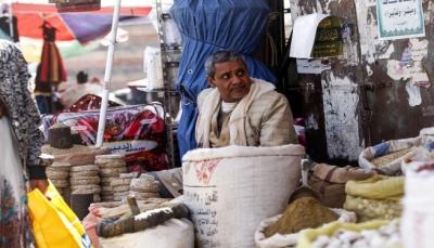 صحيفة تكشف ترتيبات بين الحكومة والحوثيين على بدء صرف رواتب الموظفين الشهر القادم