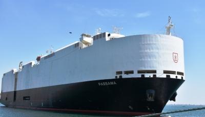 """هي الأضخم من نوعها.. وصول الباخرة العملاقة """"باساما"""" إلى ميناء عدن"""