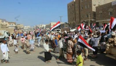 آلاف المتظاهرين في سقطرى يطالبون بمغادرة القوات الإماراتية ويؤكدون دعمهم للشرعية
