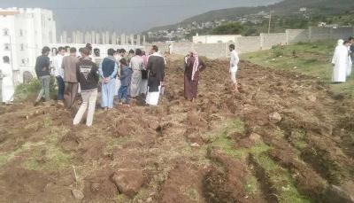 """إب: أهالي منطقة """"قحزة"""" يشكون من محاولات متنفذين السطو على مقبرة"""