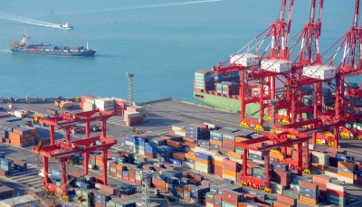 التحالف يتهم الحوثيين بتعطيل دخول سفينة إلى ميناء الحديدة منذ شهر