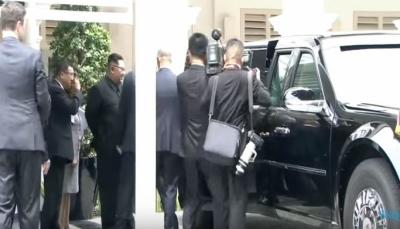 شاهد رد فعل كيم بعد أن أخذه ترمب ليريه سيارته الفارهة (فيديو)