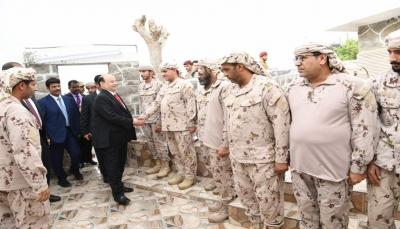 هادي يزور الوحدات الرمزية من القوات السعودية والإماراتية في قصر معاشيق بعدن