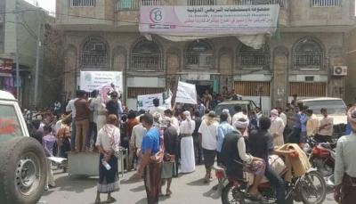 """تعز: وقفة احتجاجية تطالب بفتح تحقيق بشأن وفاة الجريحة """"رندا الشارحي"""""""