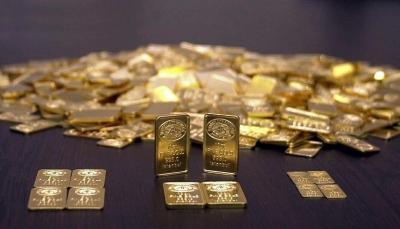 تراجع عقود الذهب عند أدنى مستوى في ستة أشهر