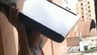 مُشجِّع أرجنتيني يرمي تلفازه من نافذة منزله بعد خسارة منتخب بلاده أمام فرنسا (فيديو)