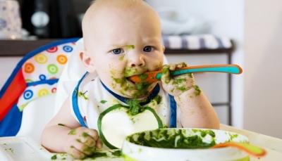 دراسة: تغذية الطفل بالطعام الصلب قبل 6 شهور يحسن النوم