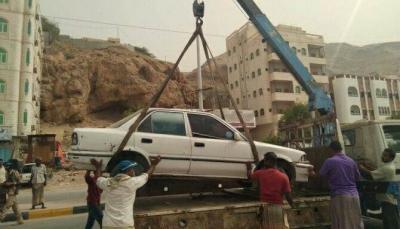 """أشغال """"حضرموت"""" ينفذ حملة رفع السيارات العاطلة من شوارع مدينة """"المكلا"""""""