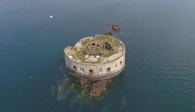 قلعة بحرية للبيع بمبلغ أقل من سعر شقة! (فيديو)