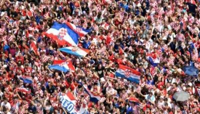 مرت الطائرة التي تقل اللاعبين فوق المحتشدين.. الكرواتيون يستقبلون منتخبهم بحفاوة كبيرة