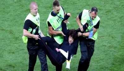 لا يسمحون للمحامي برؤيتهم.. مقتحمو المباراة النهائية لكأس العالم مُحتجزون في مركز شرطة موسكو