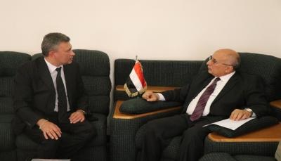 الحكومة تجدد التزامها بتسهيل إجراءات كافة المانحين والمنظمات الإغاثية في اليمن