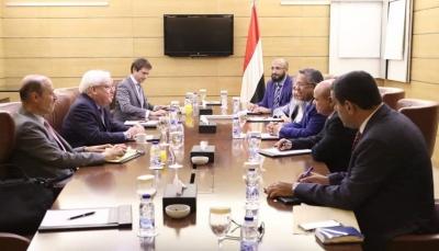 """تمسكت بإنسحاب الحوثيين من صنعاء.. الحكومة تسلم """"غريفيث"""" ردها على مقترحاته بشأن الحديدة"""