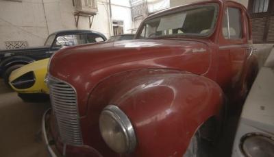 شاهد قصة يمني يملك متحف خاص للسيارات القديمة في حضرموت (صور)
