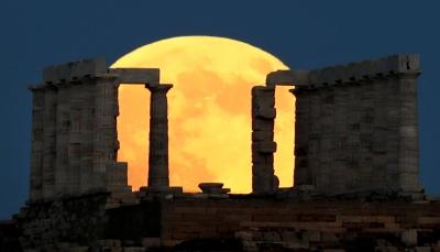 """شاهد بالصور - كيف بدا """"القمر الدموي"""" في أطل خسوف له في القرن الـ 21"""