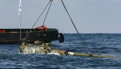 لماذا يرمي لبنان دبابات في البحر؟ (صور)