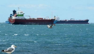 """الحكومة: محاولة الحوثيين استهداف سفن الملاحة الدولية """"عمل إرهابي"""""""