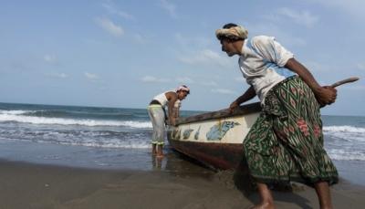 الحكومة تدعو الصيادين اليمنيين إلى عدم تجاوز المياه الإقليمية