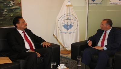 سفير اليمن في تونس يسلم رئيس المعهد العربي لحقوق الإنسان ملفاً بجرائم الحوثيين