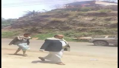 """مسؤول حوثي في """"إب"""" يحرق منزل مواطن ويحتجزه لإرغامه التنازل عن أرضيته"""