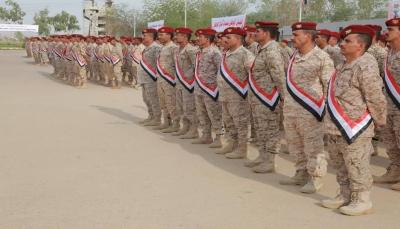 مأرب: رئيس الأركان يشهد عرضا عسكريا بمناسبة تخرج الدفعة الأولى لتأهيل الضباط