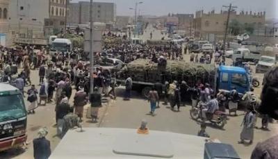 متظاهرون يقطعون طريق صنعاء – البيضاء احتجاجاً على جبايات الحوثيين للقات برداع