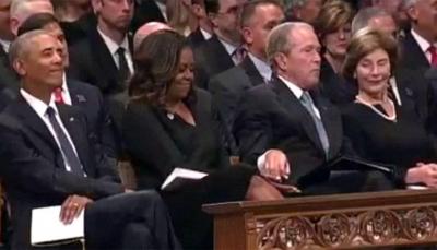 شاهد - ماذا أعطى بوش زوجة أوباما في جنازة ماكين؟