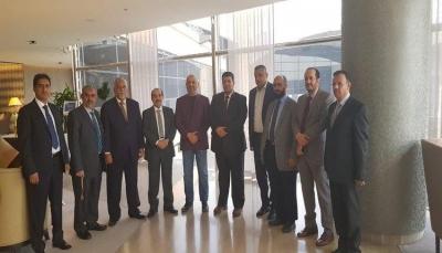 وفد الحكومة يصل جنيف للمشاركة في المشاورات غدا والحوثيون يشترطون
