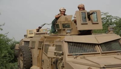 مقتل وإصابة 8 حوثيين وتدمير عربتين في قصف مدفعي للجيش بالبيضاء