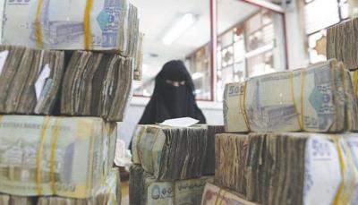 نظرًا لانهيار العملة.. اليمنيون يقفون عاجزين أمام غلاء الأسعار