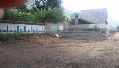 """متنفذ في """"إب"""" يسطو على مؤسسة تعليمية بتواطئ من الحوثيين"""