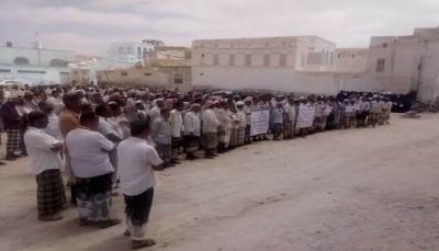 """حضرموت: وقفة احتجاجية للمعلمين في """"غيل باوزير"""" للمطالبة بتلبية حقوقهم القانونية"""