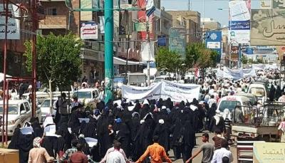 الآلاف في تعز يتظاهرون دعماً للجيش ومطالبة باستكمال التحرير