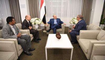 """الرئيس هادي يستقبل في مقر أقامته بـ""""أمريكا"""" مستشاريه """"العليمي"""" و """"نصر طه"""""""