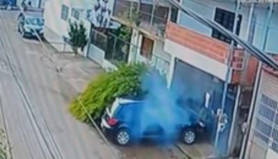 حادث مرعب لسيارة تصدم دراجة ونجاة راكبها بأعجوبة (فيديو)